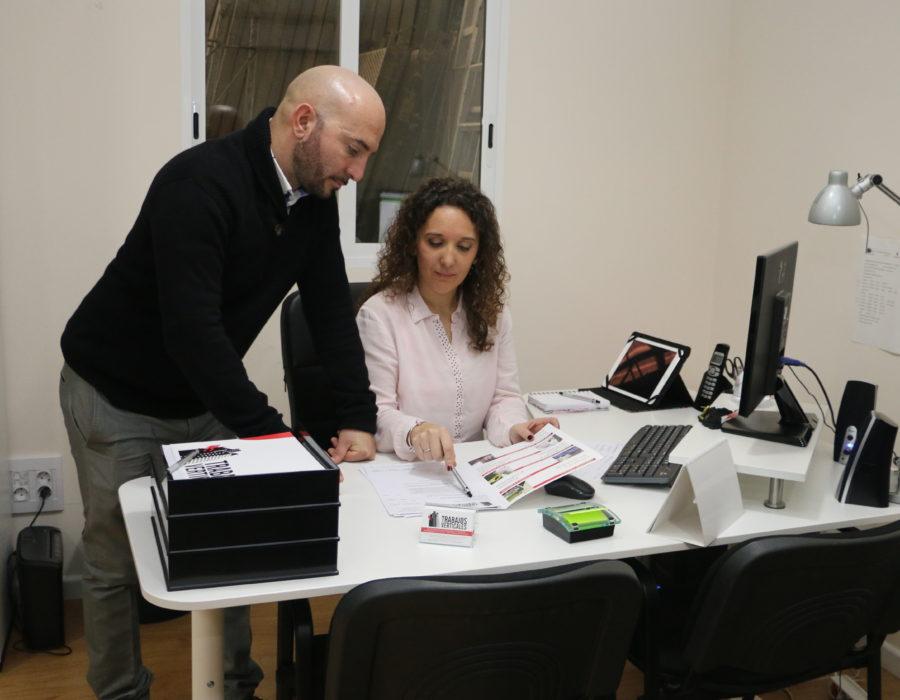Roberto y Estefanía de trabajos verticales palma en las oficinas
