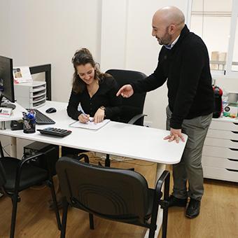 Roberto y Ester de trabajos verticales palma en las oficinas