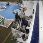 operario realizando una rehabilitación de fachadas
